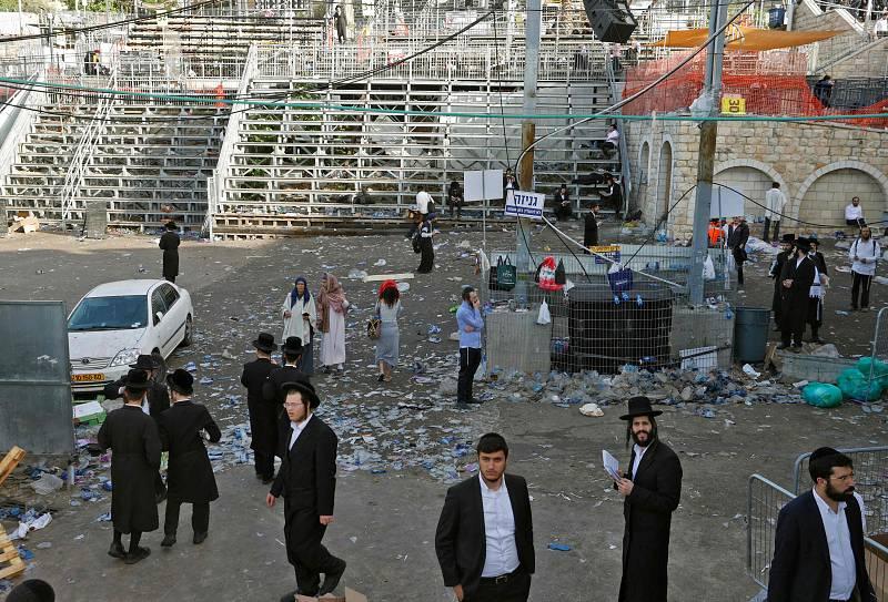 Hombres judíos ortodoxos, en el escenario de la estampida mortal en el norte de Israel