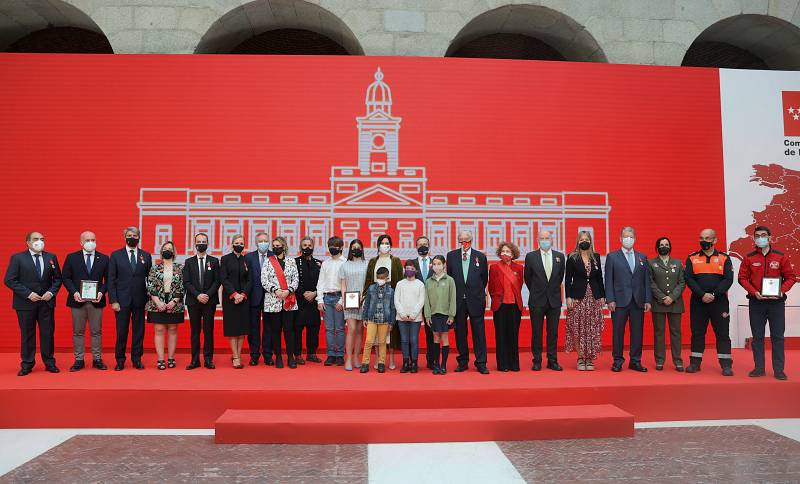 La presidenta de la Comunidad de Madrid, Isabel Díaz Ayuso, posa junto a los condecorados al término del acto de entrega de Medallas de la Comunidad de Madrid y Condecoraciones de la Orden del Dos de Mayo.