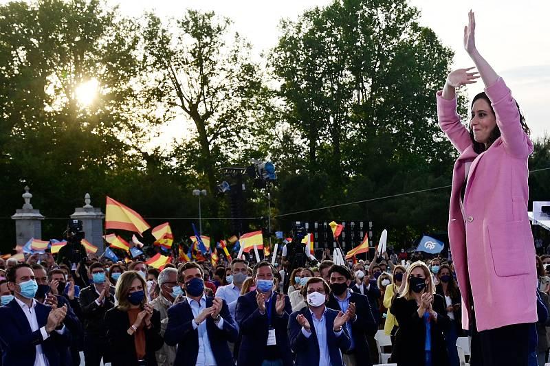 La candidata a la presidencia a la Comunidad de Madrid por el PP, Isabel Díaz Ayuso, durante el acto de cierre de campañaen el Puente del Rey, en Madrid
