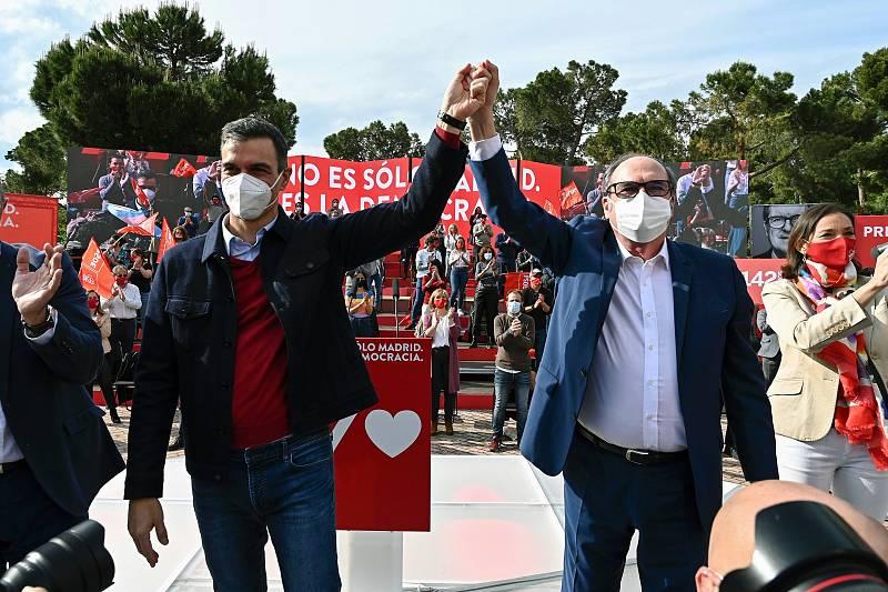 El candidato del PSOE a la presidencia de la Comunidad de Madrid Ángel Gabilondo, acompañado por el presidente del Gobierno Pedro Sánchez, durante el acto de cierre de campañaque los socialistas celebran en el Auditorio Parque Forestal de Entrevías,
