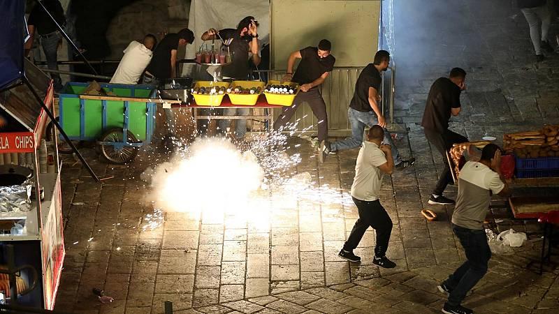 Una granada cegadora impacta cerca de un grupo de palestinos durante la noche