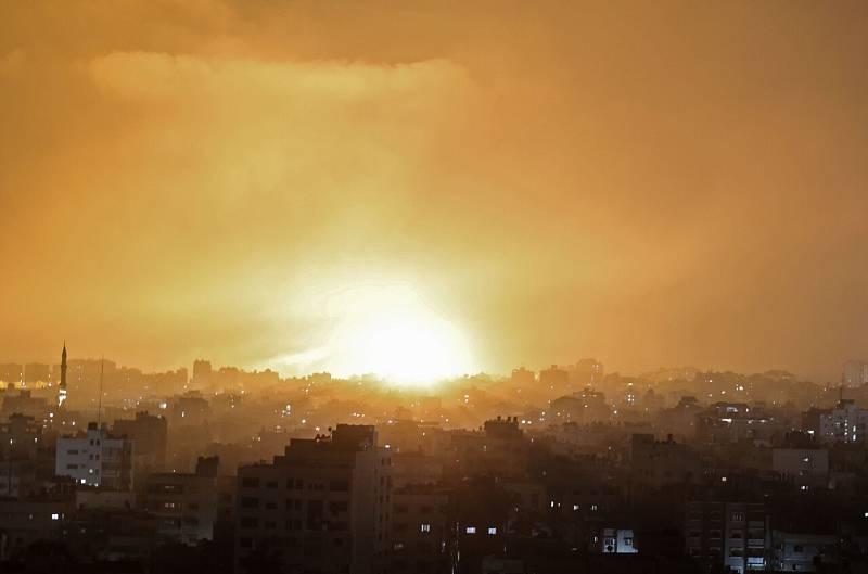 Una explosión ilumina al cielo nocturno en Beit Lahia, en el norte de Gaza. Foto: MOHAMMED ABED / AFP