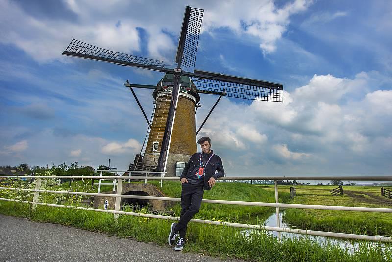 Blas ha descubierto los molinos de viento, típico paísaje neerlandés