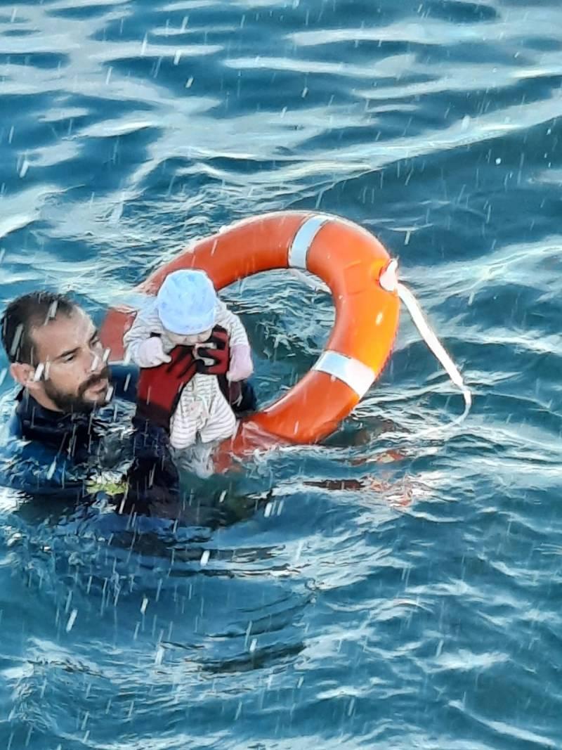 Un buzo de la Guardia Civil salva a un bebé que se encontraba en la orilla de Ceuta