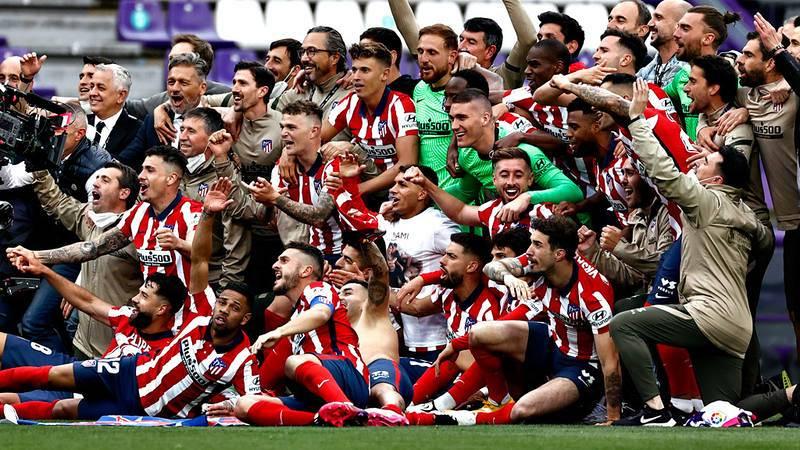 Los jugadores del Atlético de Madrid celebran la victoria en casa del real Valladolid, que les ha dado su Liga número 11.