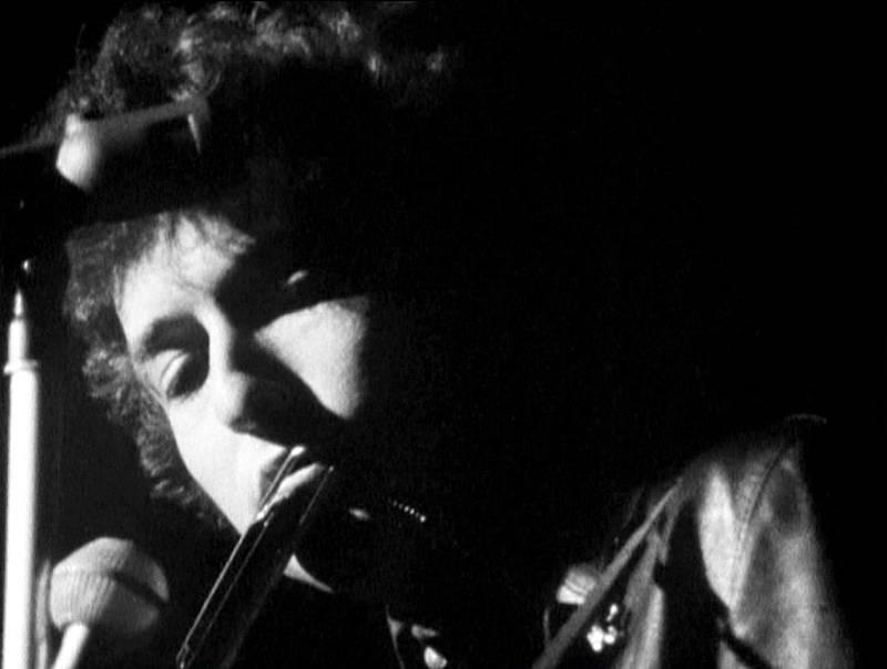 Bob Dylan se hizo muy popular como cantautor folk a principios de los 60.