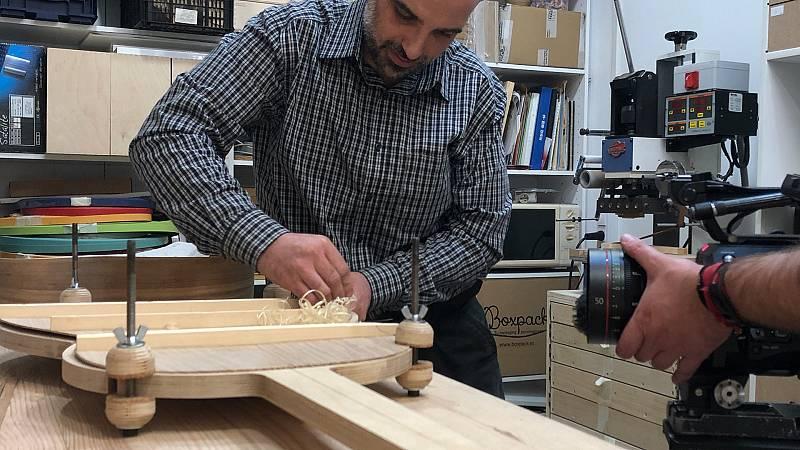 El luthier, Maiol Xercavins en la construcción de la guitarra construida con madera de olmos muertos a causa de la grafiosis.
