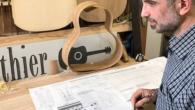 El luthier, Maiol Xercavins se prepara para la construcciónde una guitarra