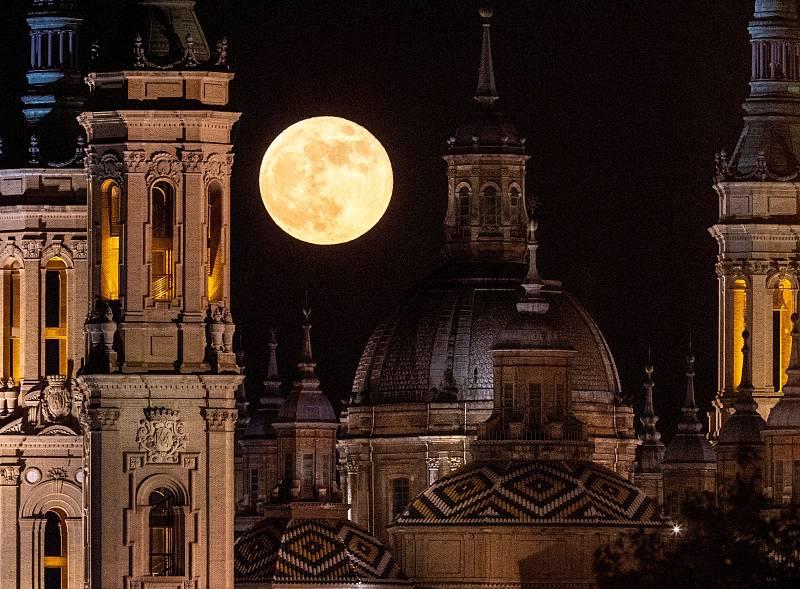 La Luna llena de mayo esta noche sobre las torres de El Pilar, en Zaragoza.
