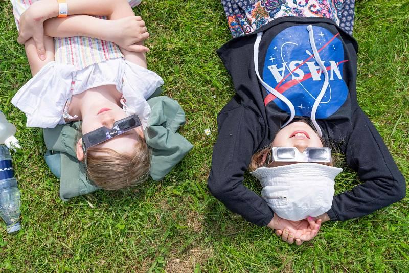 Niños, tumbados y protegidos con gafas especiales, observan el eclipse en el observatorio Brorfelde de Tollose, Dinamarca.