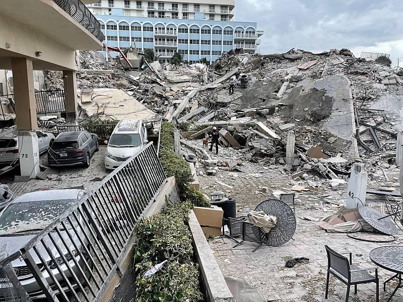 Imagen que muestra lo que era la entrada del edificio derrumbado parcialmente en Miami.