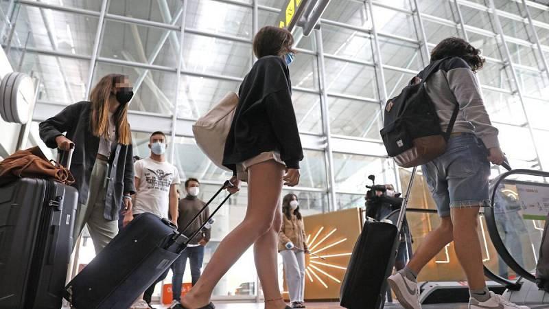 Jóvenes en el aeropuerto de Lavacolla a su llegada a Santiago procedentes de Mallorca.