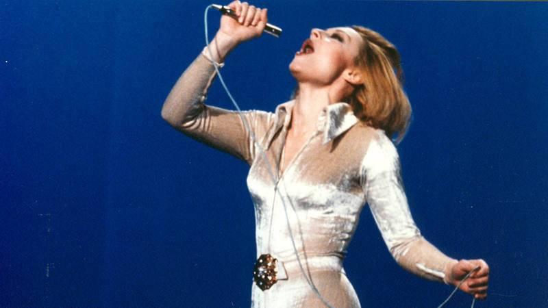 Raffaella Carrà en una actuación durante los años 70