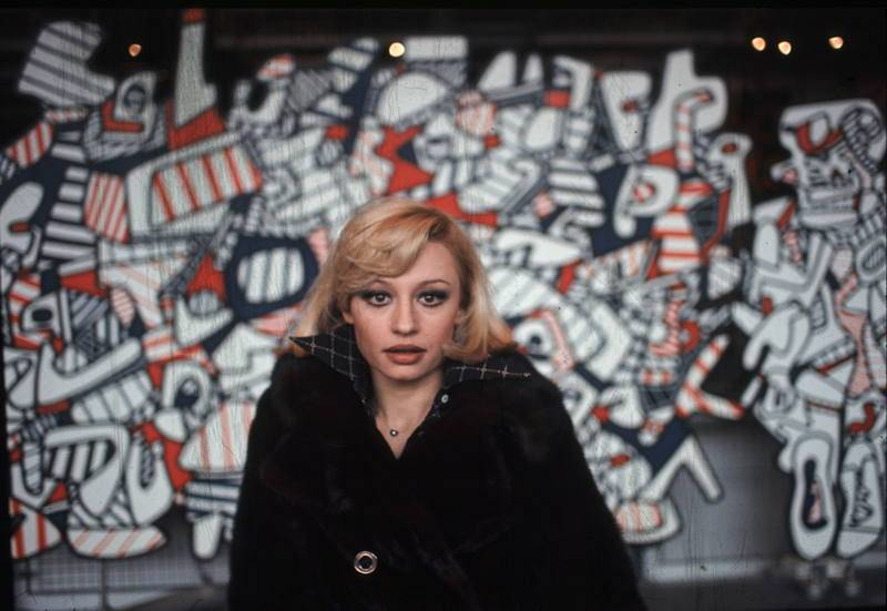 Una jovencísima Raffaella Carrà posando en París
