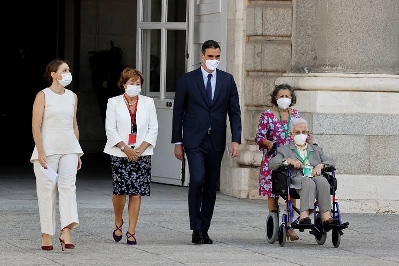 El presidente del Gobierno, Pedro Sánchez, junto a Araceli Hidalgo, la mujer de 97 años que el pasado 27 de diciembre se convirtió en la primera persona vacunada en España.