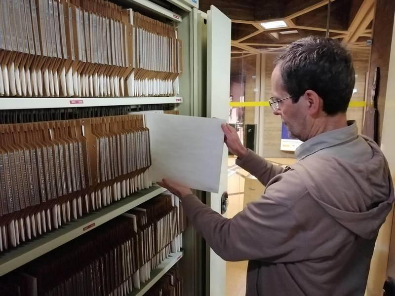 Carlos Teixidor abre el armario donde se conservan las placas de las 'Pinturas negras' de Goya