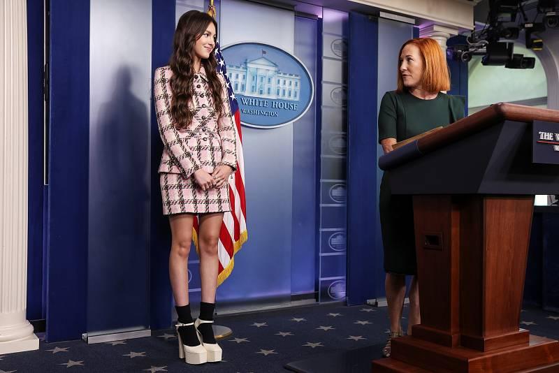 Jen Psaki, jefa de prensa de la Casa Blanca, presenta a Olivia Rodrigo.