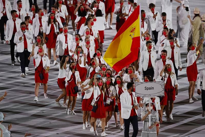Los deportistas españoles celebran su entrada en el Estadio Olímpico de Tokio