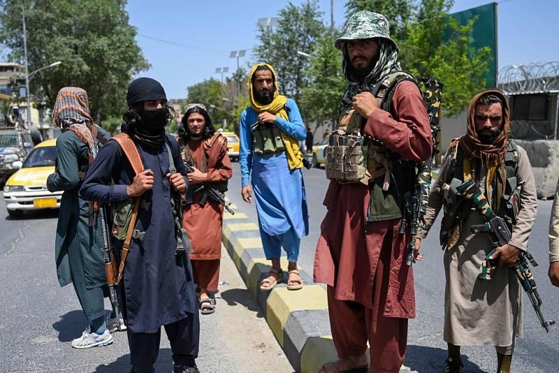 Milicianos talibanes montan guardia en una calle de la capital afgana, Kabul. Foto: Wakil Kohsar / AFP