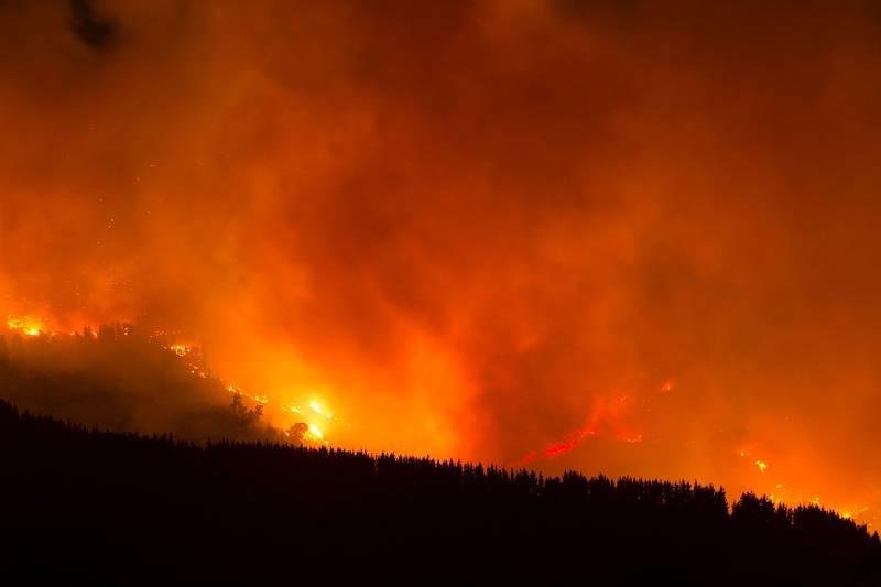 La provincia de Málaga sigue combatiendo uno de los peores incendios de su historia. Desde el 10 de septiembre, las llamas han arrasado al menos 7.780 hectáreas de Sierra Bermeja, afectando a pueblos comoCartajima, en la foto.