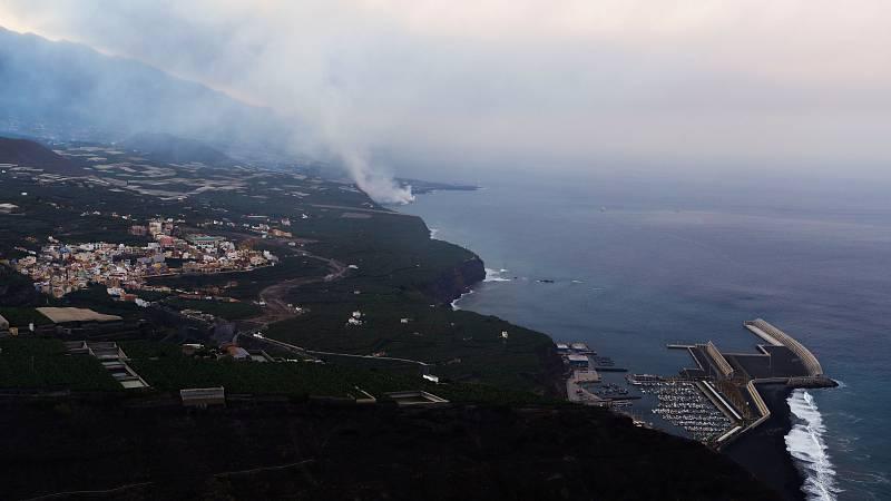 Amanece en Tijarafe, La Palma, con vistas de la lava entrando en el mar.