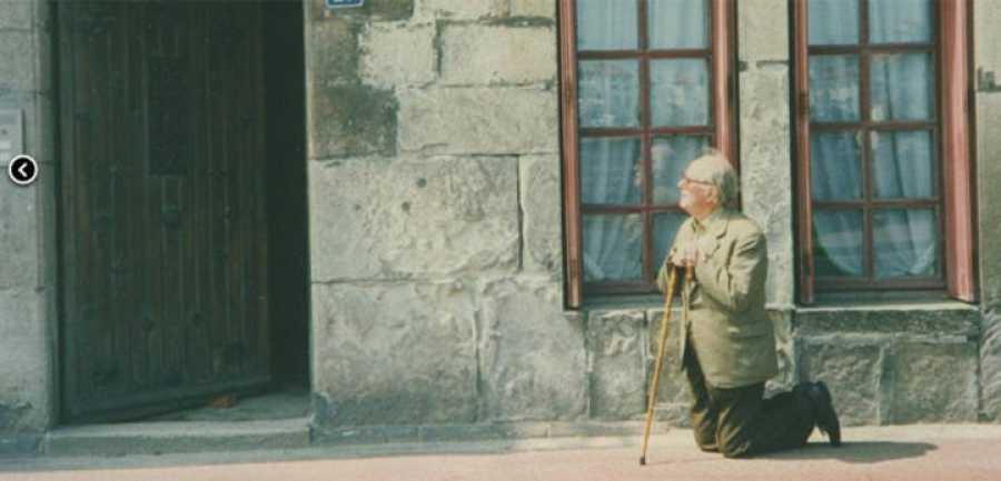 Xavier Montsalvatge, de rodillas ante la casa natal en San Juan de Luz (Francia) de Maurice Ravel