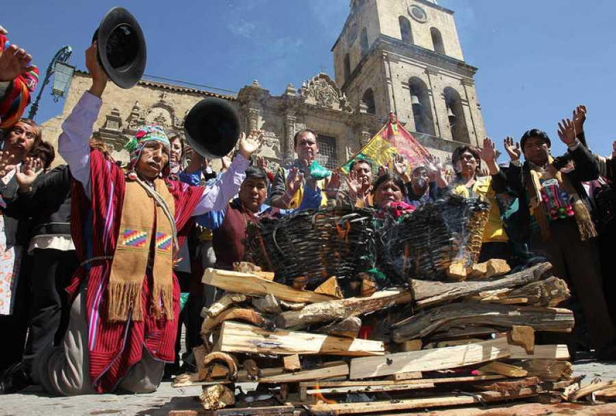 Imagen de archivo en la que un sacerdote aimara boliviano realiza un ritual a la Pachamama o Madre Tierra