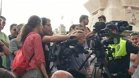 No es fácil grabar entre tanta gente. La euforia, el calor y 'els ginets' no son amigos del trabajo de cámara