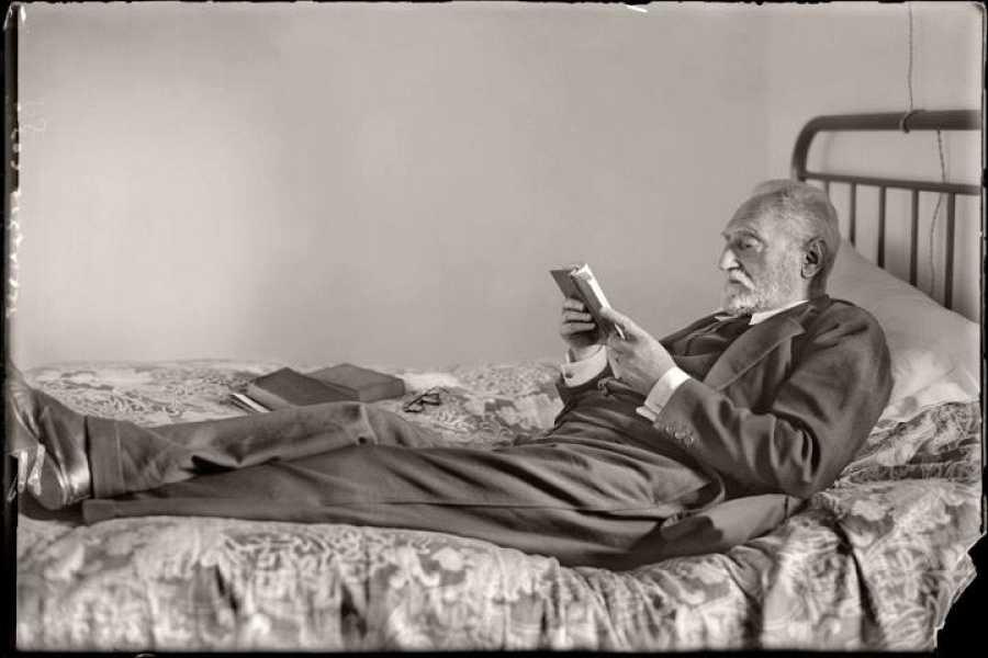 Miguel de Unamuno leyendo en su casa de la calle de Bordadores. Salamanca, 1925