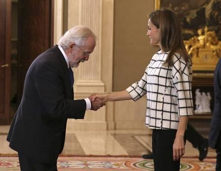 La reina Letizia saluda al humorista gráfico Antonio Fraguas 'Forges'.
