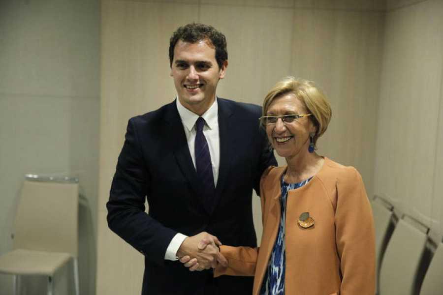 La líder de UPyD, Rosa Díez, y el presidente de Ciutadans, Albert Rivera, se estrechan la mano durante la reunión que han mantenido este jueves en Madrid.