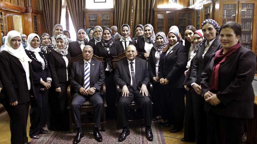 Imagen de archivo del fiscal general egipcio, Hisham Barakat (centro izda), quien posa junto a las nuevas juezas del Tribunal Supremo y el presidente del Tribunal, Mohamed Hossam Abdulrahim el 16 de junio de 2015