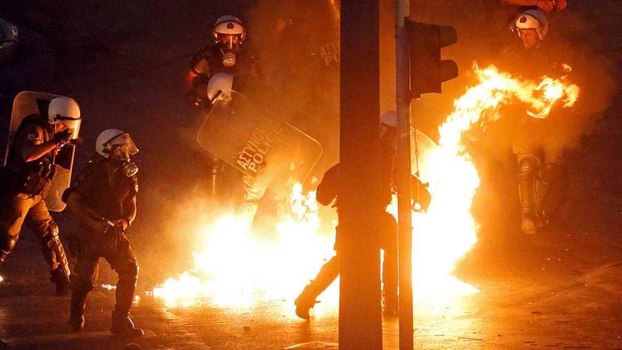 Un grupo de ideología anarquista ha lanzado cócteles molotov a los agentes