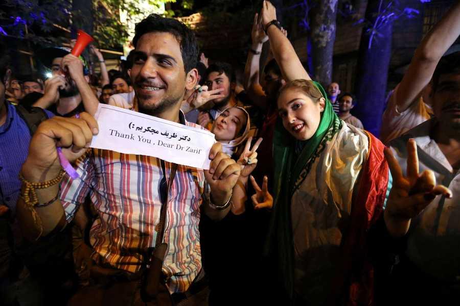 Un hombre muestra una nota de agradecimiento al ministro de Exteriores de Irán tras la firma del acuerdo nuclear.