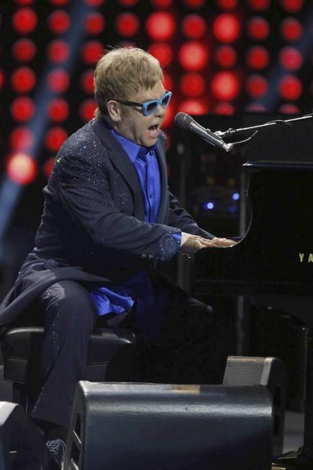 El cantante británico Elton John toca el piano durante su concierto en el Teatro Real de Madrid.