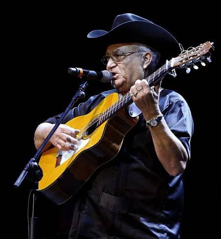 El guitarrista de la banda cubana, Elíades Ochoa, durante el concierto ofrecido esta noche el el Teatro Circo Price, en Madrid.