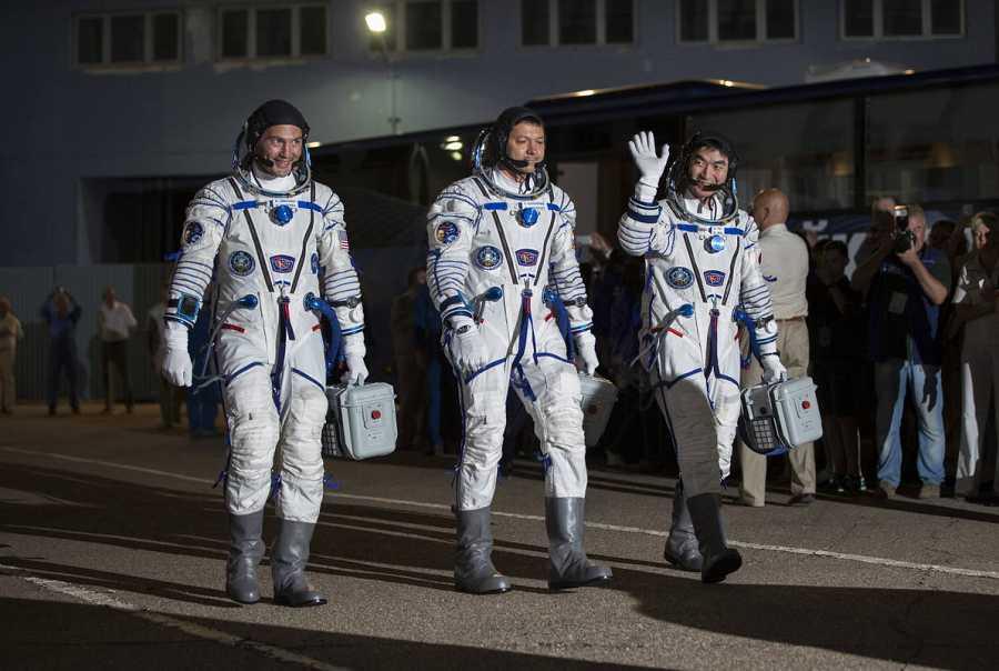 El astronauta de la NASA Kjell Lindgren, el japonés Kimiya Yui y el ruso Oleg Kononenko,  integrantes del grupo principal de la expedición 44/45 a la Estación Espacial Internacional.