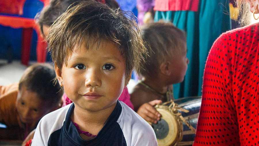 Una niña de tres años afectada por el terremoto de Nepal