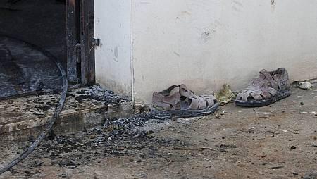 Unas sandalias en el exterior de la casa de una familia palestina atacada cerca de Naplusa.