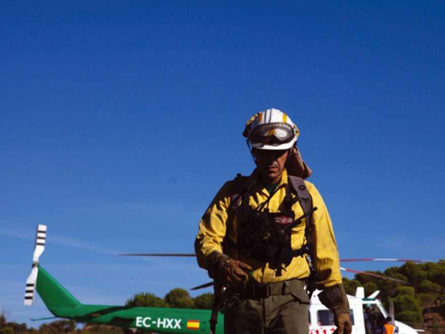 Gustavo, de 41 años, es el líder de una brigada de 11 especialistas en la lucha contra el fuego