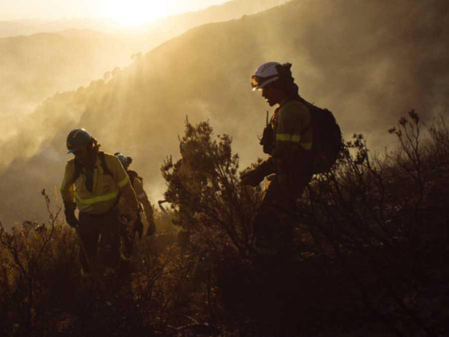 Miembros de la BRICA trabajando en la extición de un incendio