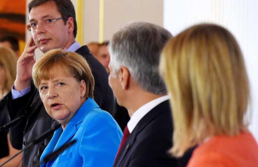 El primer ministro serbio, Aleksandar Vucic, la canciller alemana, Angela Merkel , su homólogo austríaco Werner Faymann y la jefa de la diplomacia de la UE, Federica Mogherini, en la rueda de presa posterior a la cumbre regional migratoria en Viena.