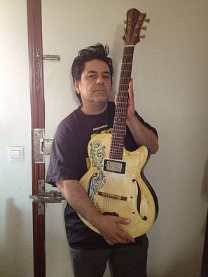 El músico Luis Martín posa con su guitarra de cerámica