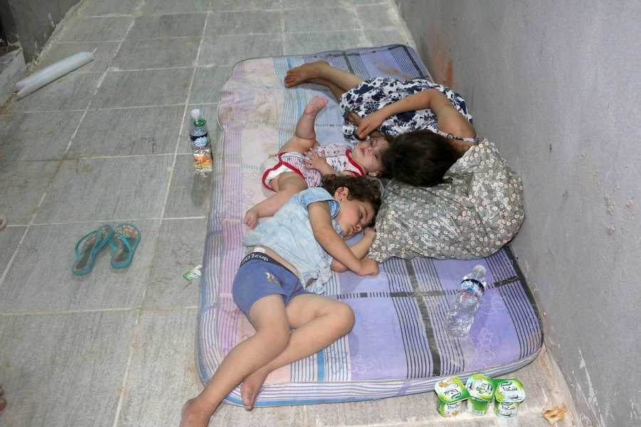 Los migrantes que han sobrevivido al naufragio en Zauara, entre ellos niños, descansan en un centro de detención.