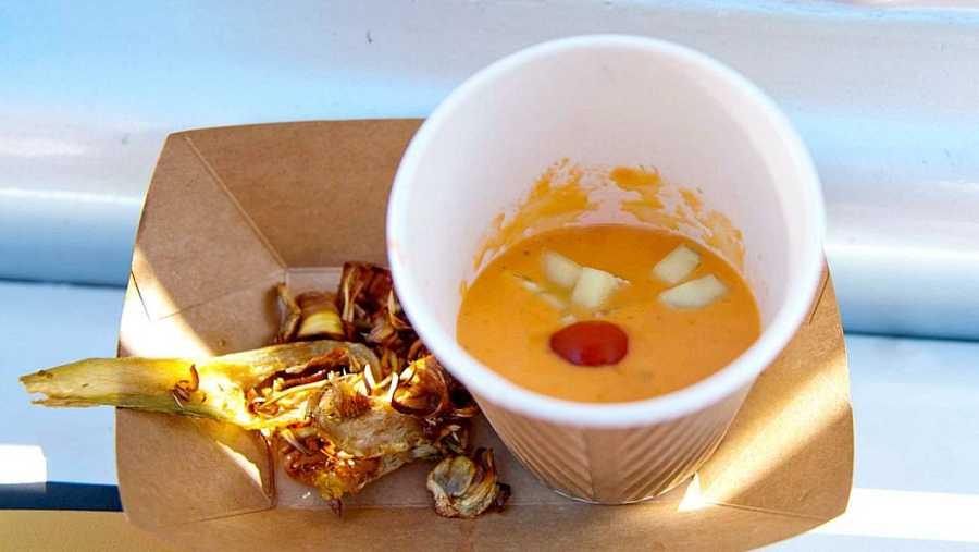 Gazpacho con guarnición y alcachofas fritas, Los Maldonado, en Nerja