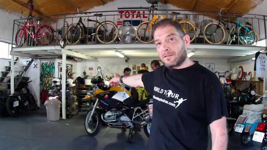 Miquel Silvestre en el taller de moto
