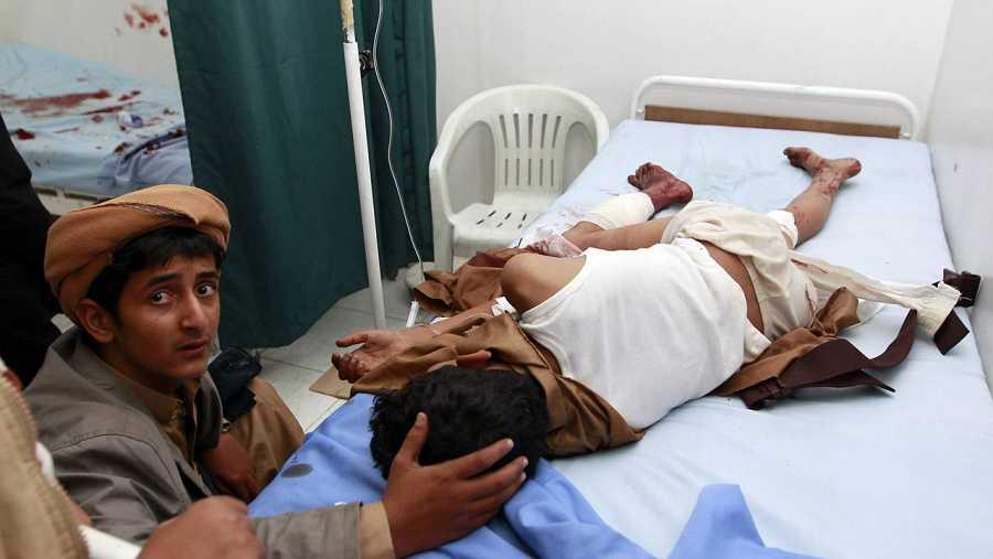 Un chaval acompaña en el hospital a otro chico herido en el atentado contra una mezquita en Saná.