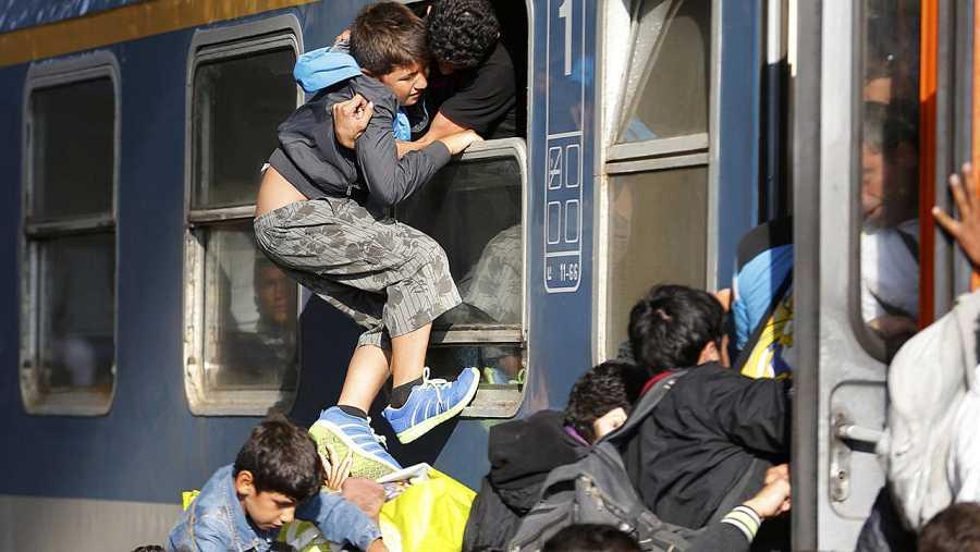 Refugiados intentan abordar un tren en la estación de Keleti, Budapest, después de dos días de serles prohibida la entrada. REUTERS/Laszlo Balogh