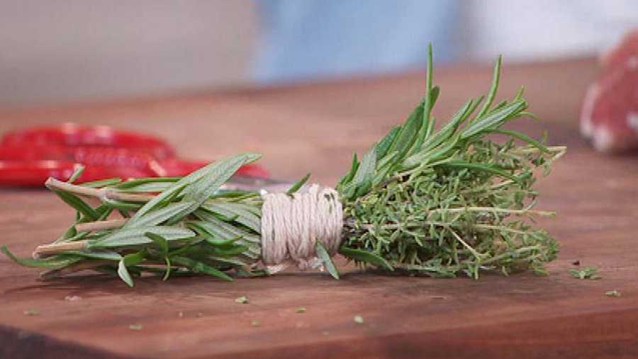 Un pincel natural de romero para cocinar y pintar la carnes