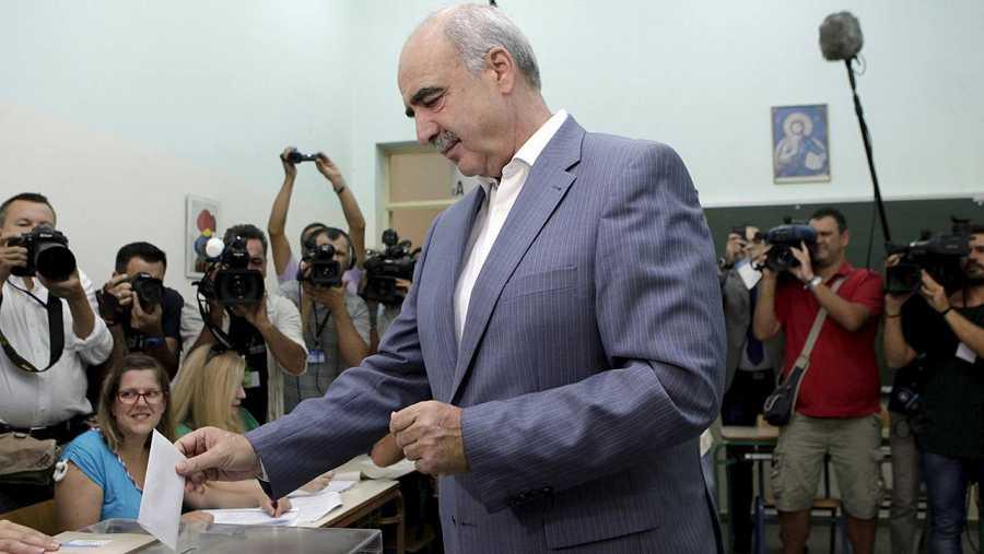 El candidato de la conservadora Nueva Democracia, Evangelos Meimarakis, vota en un colegio de Atenas. REUTERS/Dimitris Michalakis